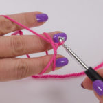 Pull the thread through, turning the wrist slightly to the right so that the thread lies twisted on the hook.