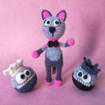 @chrissismonstercraft's cat gets acquainted with her new roommates